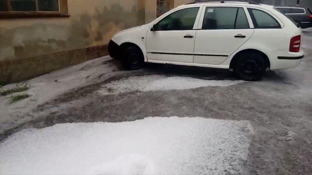 Na Chvalšinsku kromě deště padaly i kroupy