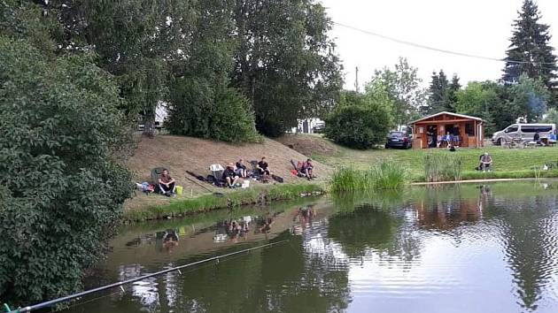 Čtyřiadvacetihodinové rybářské závody se konaly u rybníka v Milné.