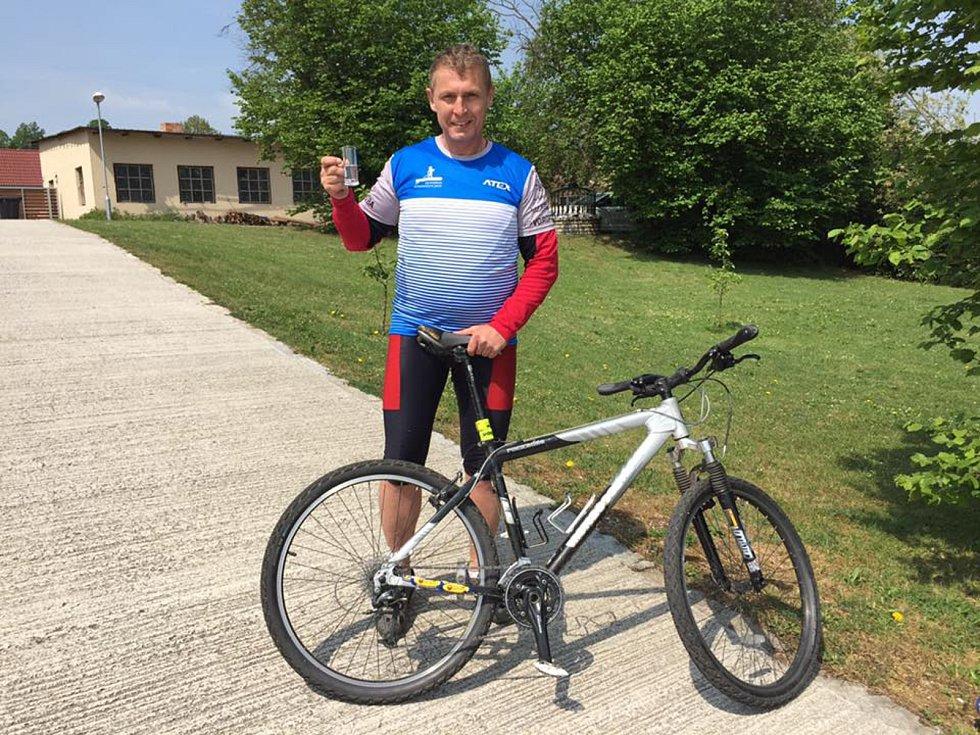 Petr Kováč, ač veslař, jel trasu na kole.