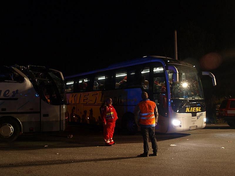 Nezraněné účastníky nehody z Rakouska odvezl do jejich domovů v pátek asi v půl desáté večer náhradní autobus.