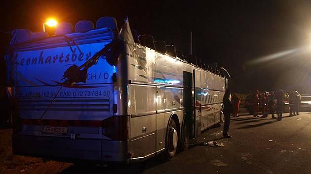 Autobus rakouské cestovní kanceláře do cíle nedojel, železniční viadukt v Rybníku mu skalpoval střechu.