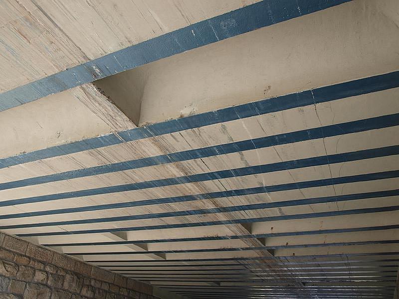 V sobotu byly pod viaduktem v Rybníku jasně patrné stopy po páteční nehodě.