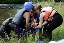 Studenti Zdravotně sociální fakulty Jihočeské univerzity, obor záchranář, si během posledního kurzu s Českokrumlovskými vodními záchranáři skutečně sáhli až na dno svých sil. Ale jak sami potvrzují, těžko na cvičišti, lehko na bojišti.