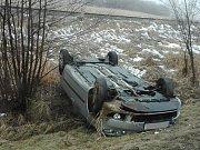 Kolem 15. hodiny došlo k nehodě i u Šebanova na Českokrumlovsko, auto skončilo na střeše mimo vozovku.