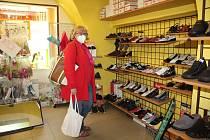 Prodejna obuvi v Kaplici.
