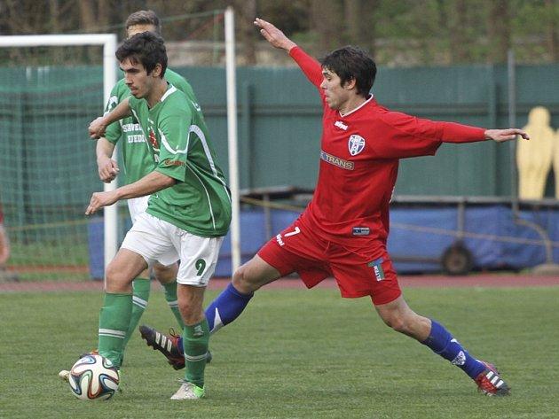 Fotbalisté krumlovského Slavoje si v partii se Zličínem vypracovali vyložených šancí na několik zápasů, ale skórovat dokázali pouze jednou zásluhou Václava Nováka (vlevo u míče na snímku v souboji s hostujícím Švehlou).
