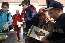 Jednou z akcí, kterou pořádají členové velešínského kmene Otyókwa Ligy lesní moudrosti každoročně, je Vítání ptačího zpěvu (na snímku). Tuto tradici převzali čeští milovníci přírody z Velké Británie.