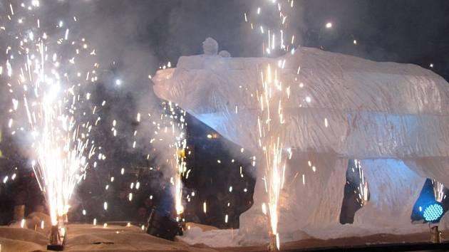 Medvěd Sam vstoupil mezi Krumlováky impozantně.