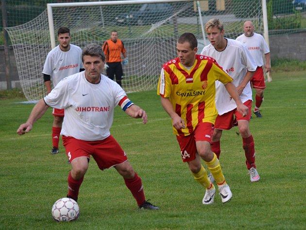 Select OP muži - 9. kolo: Sokol Křemže (bílé dresy) - Sokol Chvalšiny 2:1 (2:1).