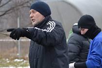 Trenér Českého Krumlova Václav Domin zatím v přípravě marně hledá optimální složení útoku.