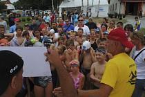 Mladí záchranáři na Dolní Vltavici nastoupili do závodu v dálkovém plavání.