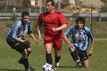Okresní přebor muži - 13. kolo: Kájov - Benešov 5:0 (uprostřed u míče autor dvou branek lídra přeboru Petr Bandura).