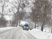U Jenína sklouzl před polednem náklaďák mimo vozovku.