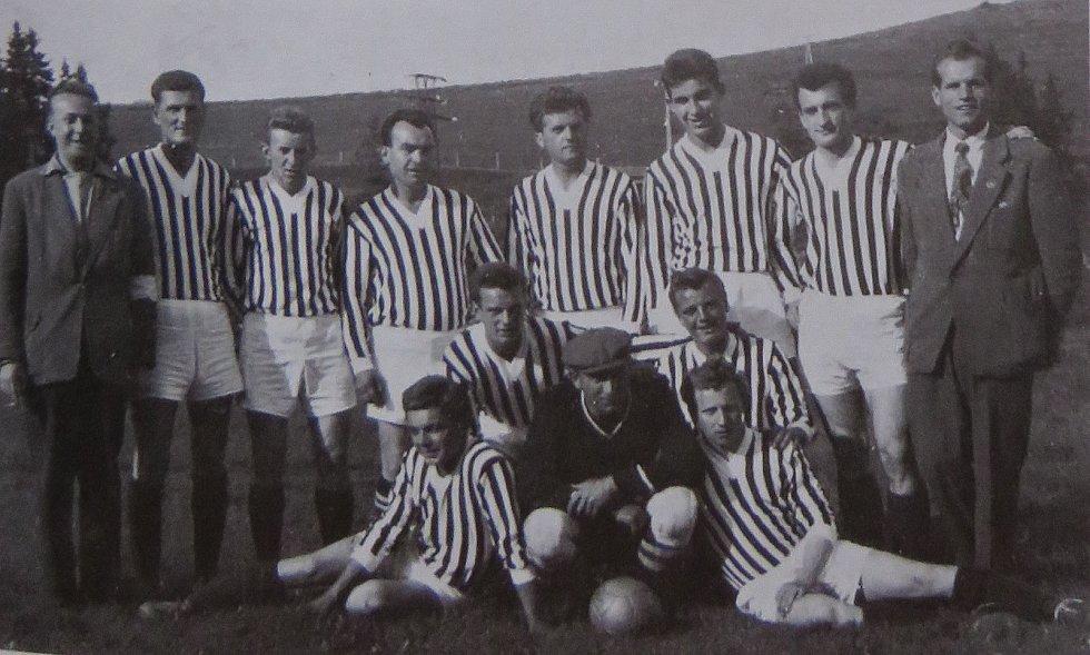 Fotbal v Kaplici píše stoletou historii. Tým z let 1960-62.