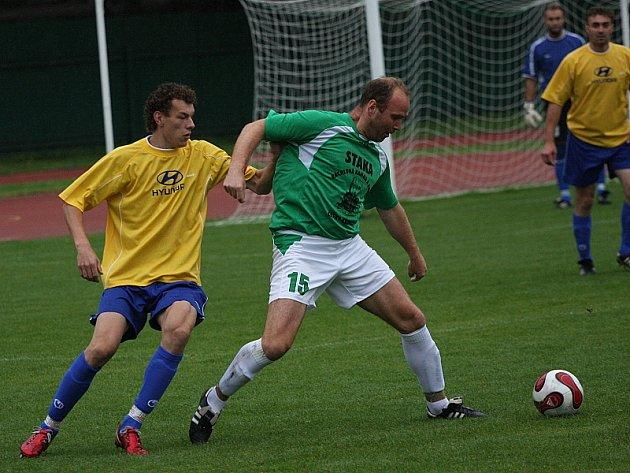 Hlavním strůjcem výhry českokrumlovského béčka v derby s Chvalšinami byl zkušený David Čábela (vpravo u míče před hostujícím kapitánem Pavlem Slukou), který u prvních dvou branek branek Slavoje asistoval Budíkovi a třetí gól sám vsítil.