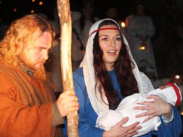 Tradiční hornoplánský živý betlém se konal v pošumavském městečku v předvečer Štědrého dne už počtrnácté.