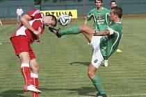 Stejně jako v tomto souboji z prvního vzájemného zápasu mezi krumlovským Václavem Beránkem a klatovským Veselkou (zprava) se sni odveta nehrála v rukavičkách. Kapitán Slavoje v Klatovech trefil tyč, ale z výhry 1:0 se radovali domácí.