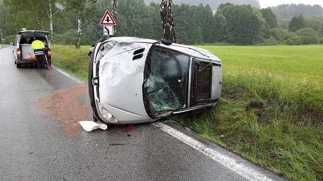 Nehoda osobního auta nedaleko Jenína.