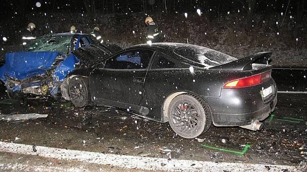 Při čelním střetu dvou vozidel na silnici za Českým Krumlovem zasahovaly záchranka i helikoptéra.