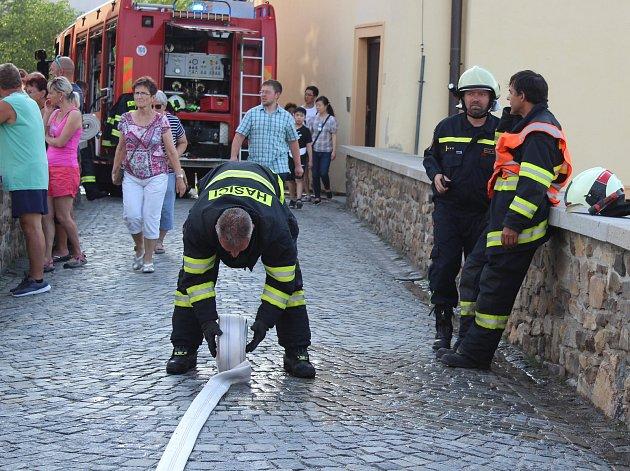 Hasiči likvidovali požár domku u hotelu Růže. Pavel Rožboud na snímku druhý zprava.