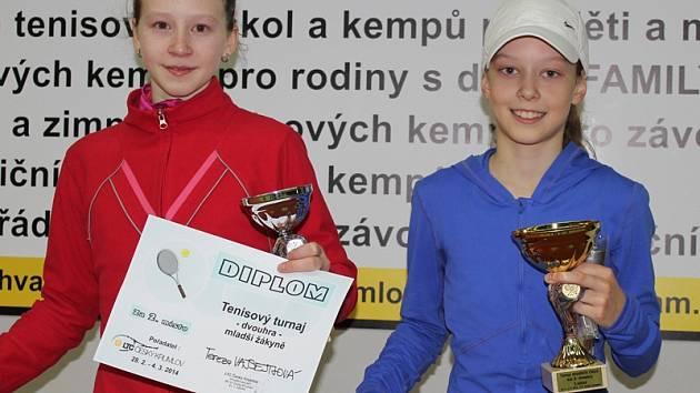 Duo nejlepších hráček republikového turnaje kategorie mladších žákyň v Českém Krumlově –  zleva nakonec stříbrná Tereza Vajsejtlová z Mladé Boleslavi a vítězná Daria Vidmanová z I. ČLTK Praha.
