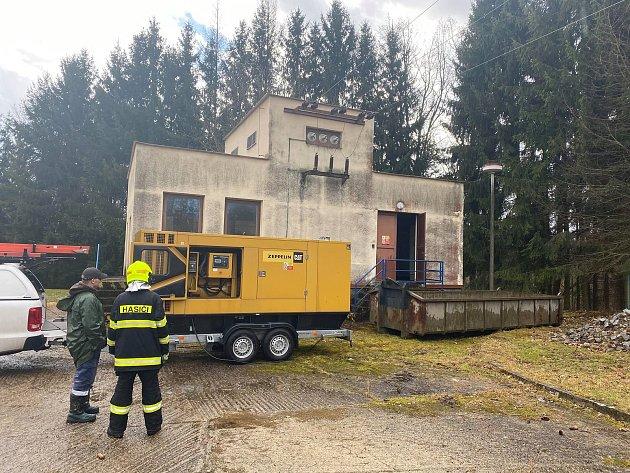Pracovníci EO.Nu museli na spomocí jednotky SDH Velešín náhradní zdroj (elektrocentrálu) napojit velešínskou čistírnu odpadních vod.
