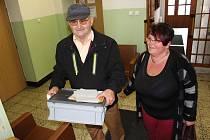 V Hořicích na Šumavě sídlí volební komise na obecním úřadě. V sobotu před polednem se právě vraceli dva členové komise s přenosnou urnou. Navštívili čtyři občany, kteří se kvůli zdravotnímu stavu nemohli dostavit k volební urně osobně. Zajímavostí volební