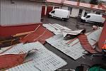 Vichr strhnul střechu na budově společnosti Gasped v Domoradicích v Českém Krumlově.