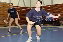 Důležité body domácího družstva uhrály i  Zdeňka Švédová a Lucie Černá (zprava), která se navíc při domácím šampionátu potýkala s nepříjemnými zdravotními problémy.