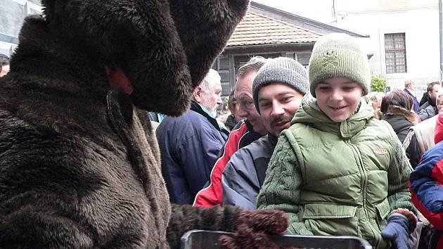 Na zámeckém nádvoří u medvědího příkopu se dopoledne sešly stovky lidí.