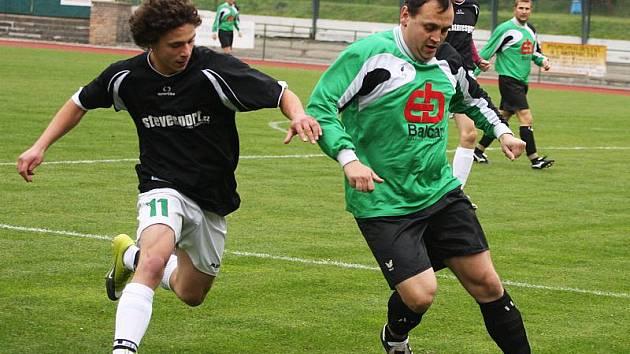 Brankostroj v derby otevřel už ve 13. minutě hornoplánský Michal Frühauf (vpravo u míče před krumlovským  Jiřím Baboučkem, jenž se po obrátce také zapsal do střelecké listiny), hosté však nakonec odjížděli s prázdnou.