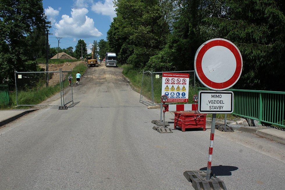 Práce na rekonstrukci křižovatky u Velešína pokračují.