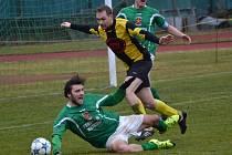 Klíčový moment jihočeského divizního derby se odehrál v 71. minutě, kdy se Michal Klivanda (v popředí) při souboji v šestnáctce natlačil před milevského kapitána Jiřího Kosobuda, byl podražen – a pískala se penalta.