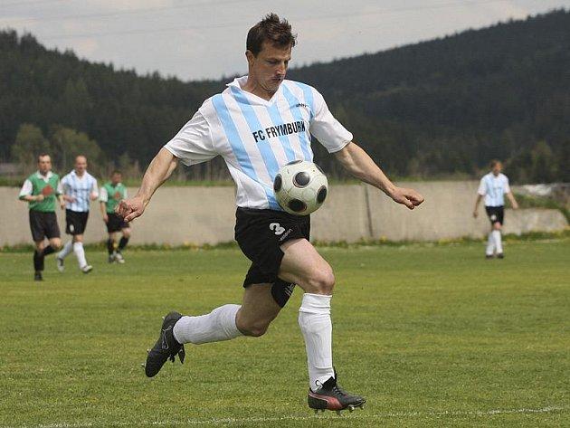 Velký obrat oslabených hostů při derby ve Velešíně zařídil dvěma góly frymburský špílmachr Josef Micák.