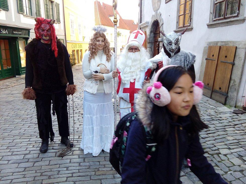 Mikulášská družina v poledne překvapila chodce  v Českém Krumlově.