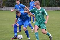 V derby mezi Novou Vsí a Frymburkem otevřel skóre domácí Tomáš Hüttner (vpravo), ale nakonec se po gólu Martina Kozy (u míče) smáli hosté.
