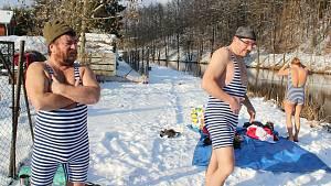 Parta vyšebrodských otužilců se chrabře pravidelně noří do studené Vltavy