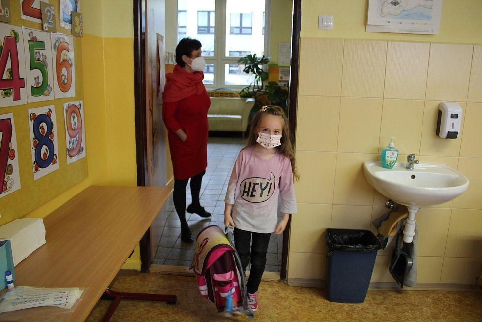 V ZŠ Kaplici testování prvňáčků a druháčků zvládli zhruba do osmi hodin.