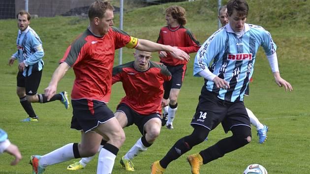 Výrazně se na výhře hostů z Nové Vsi podílel agilní Milan Ďurica (vpravo před větřínským kapitánem Skokem a Duškem), který asistoval u všech tří gólů.