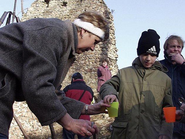 Nový rok tradičně uvítají stovky lidí na hradě Pořešín u Kaplice. Snímek je z loňska.
