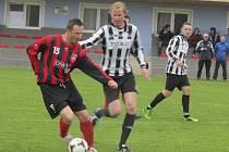 Zkušený frymburský hráč  Erik Koršala (vlevo u míče před kaplickým Arnoštem Preuslerem) nejprve vyrovnával na 1:1 a minutu před koncem pak svým druhým gólem rozhodl.