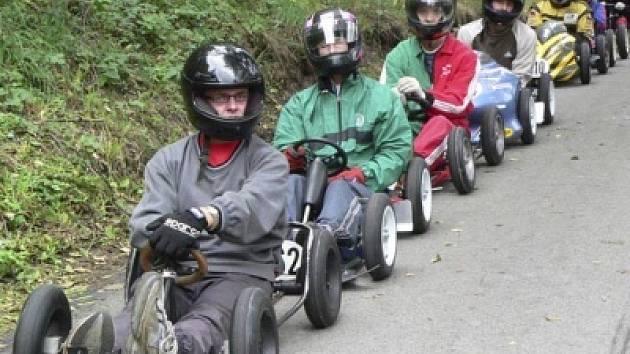 Všem se líbí jízda do kopce. To táhne minikáry auto pěkně jako vláček.
