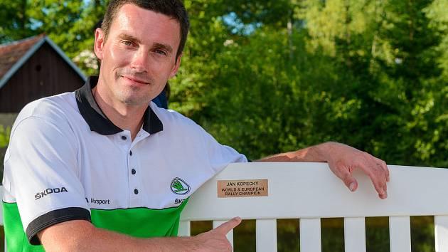 Nejúspěšnější český automobilový závodník současnosti Jan Kopecký odhalil v Kaplici lavičku se svým jménem.
