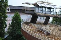 Odstrojená točna už nemá sedačky ani bednění a je vidět rezavá konstrukce. Brzy začne i kompletní obnova letohrádku Bellarie.