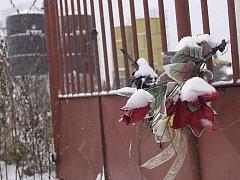 Tragédii v Omlenici dnes připomínají květiny a svíčky v blízkosti areálu bývalého agrochemického závodu.
