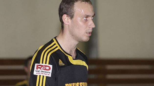 Se čtrnácti brankami nadále vévodí pořadí kanonýrů první ligy větřínský hrající trenér Rudolf Weinhard.