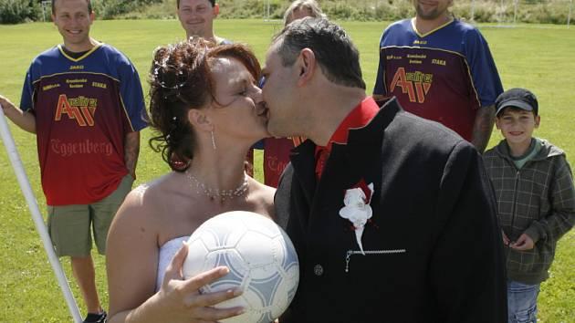 Jindřiška  a Marek Špátovi na fotbalovém  hřišti ve Větřní.