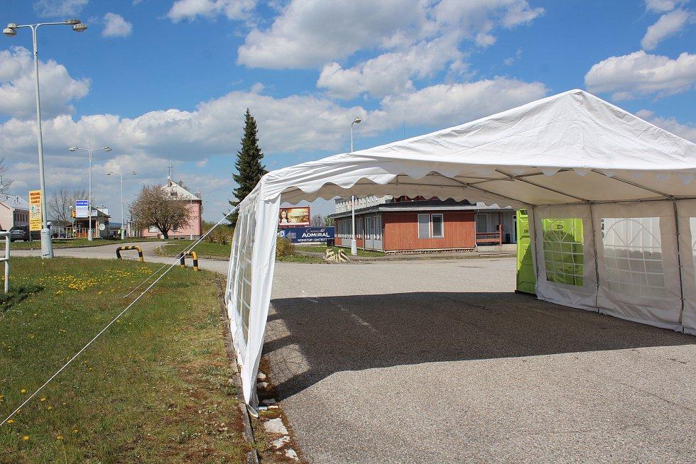 Stan na odběry v Dolní Dvořišti stojí, je na parkovišti před hraniční kontrolou směrem z Rakouska.