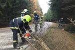 Krátce po půl osmé ráno vyjížděli hasiči SDH Velešín k odstranění stromu přes komunikaci směrem na Svatý Jan nad Malší.