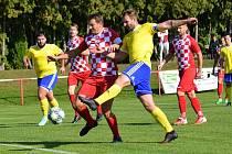 Fotbalisté Velešína (v červeném) prohráli v souboji týmů ze suterénu I. A třídy doma s Vimperkem 0:4.